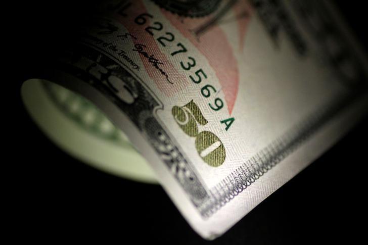 Доллар подешевел против валют «тихой гавани» фото